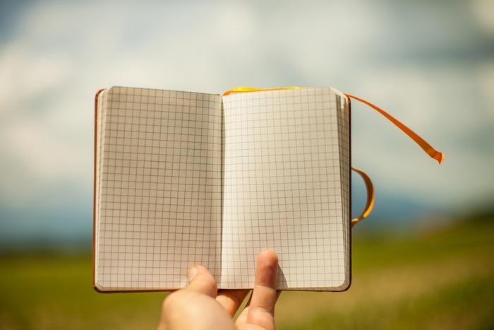 真新しいスケジュール帳。二度とは訪れない「この春」に、あなたはどんな最初の予定を書き込みますか?