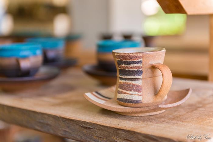 """沖縄は、400年の歴史を持つ「やちむん」(沖縄の方言で""""焼き物""""の意味)や、沖縄独自の「琉球ガラス」など、生活になじんだぬくもりのある工芸品が多いことで知られます。そんな沖縄らしい工芸にふれる旅も楽しそう♪この春、ぜひ出かけてみませんか?"""