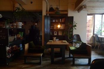 毎週金・土曜日の20〜22時の間はここだけの特別な時間、「夜は静カフェ」。喧噪な都会の中、静かな空間を演出する「おしゃべり原則禁止」というカフェケシパールの特別ルールです。 本を読んだり、手紙を書いたり、もの思いにふけてみたりと、心休まるひとときが過ごせそうですね。