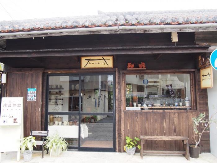 「kamany」は、窯元である育陶園のセレクトショップ。伝統の技術を生かしながら、現代の暮らしにフィットするやちむんを提供しています。