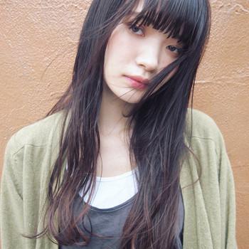 暗髪でモード感のあるレトロなロングヘアは、ゆるめのパーマで大人っぽい印象です。