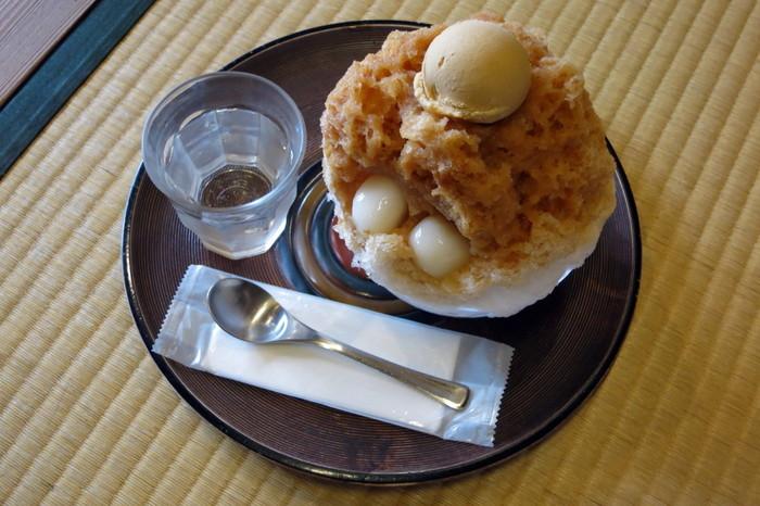 わらび餅が人気の文の助茶屋でいただけるかき氷は、なんときな粉づくし!「田舎氷」という名前のかき氷は、きな粉蜜にきな粉アイスクリーム、きな粉わらび餅という贅沢な一品です。