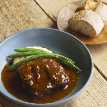ランチはじっくりと煮込んだ牛バラ肉の赤ワイン煮込みがおすすめ。デザートセットやドリンクセットもお得です。