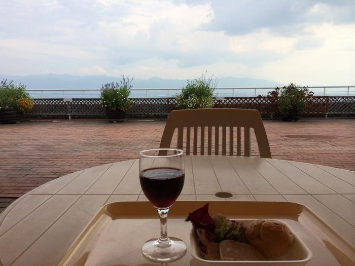 併設されたレストランからの眺めもいいと言われていますが、売店横にあるテラスでもワインを楽しむことができます。 雄大な甲府盆地とぶどう畑の景色を見下ろしながら、ワインを嗜んでみませんか?