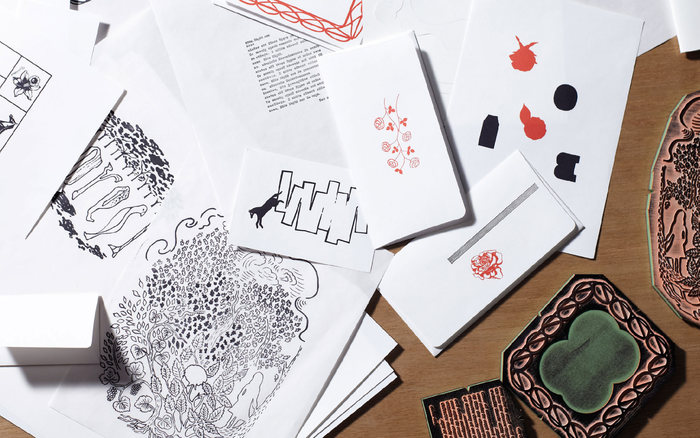 """「D-BROS(ディーブロス)」はデザイン会社DRAFTのプロダクトブランド。 美しいグラフィックデザインを取り入れた雑貨が数多くあります。 """"STANP it(スタンプイット)""""シリーズは350種類以上のスタンプの中から選び、カードやノート、封筒などに押してオリジナルの雑貨が作れます。"""