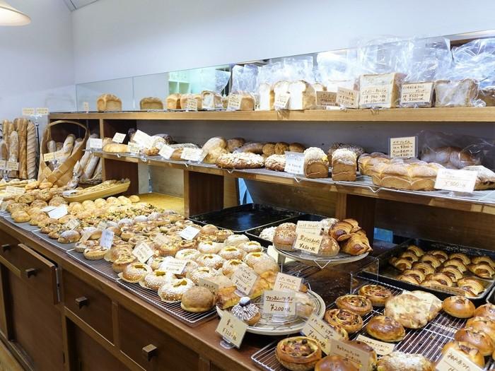 ベーグルにフランスパンにパーネ・トスカーノ。 実に100種類以上ものパンが揃えられています。
