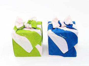 リボンのように結べば、一気にプレゼントの雰囲気に。 紙で包むよりもかんたんなので、自分でラッピングしたいけど自信がない…という方にもおすすめです。