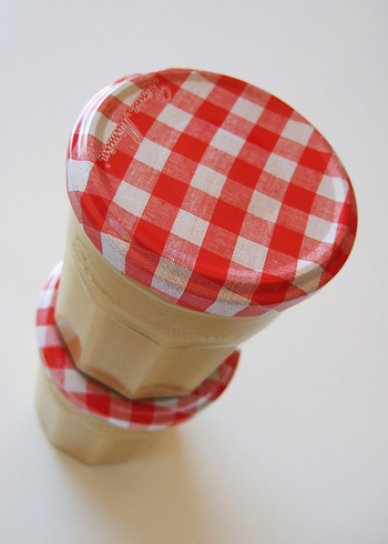 シンプルな材料と意外と簡単なレシピが嬉しいミルクジャム。可愛らしい小瓶につめれば、贈り物のにもぴったりです。ミルクジャムをストックしておけば、忙しい朝にも、スイーツ作りにも使えて、とっても便利!甘さや、固さなど、自分好みにアレンジして、お気に入りのミルクジャムを完成させてみてはいかがでしょう。優しい甘さのミルクジャムを日々の食卓に取り入れて、優しい甘さに癒されてみませんか♪