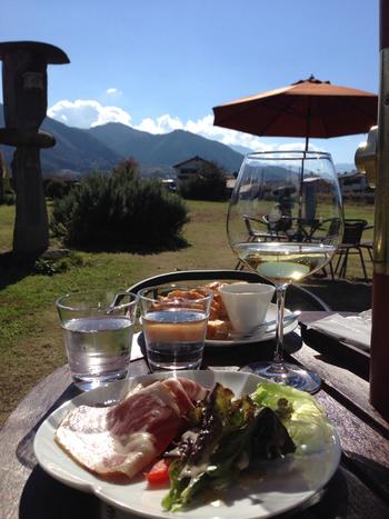 テラス席でランチとワインを楽しむこともできます。お天気がいいと周りの山々もこんなにきれいに見えます。最高の景色ですね!