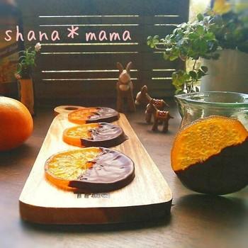 こちらは本格的にオレンジコンフィから手作りするレシピですが、時間も無いし大変…という方は、ドライフルーツを使えば簡単に。テンパリングしたチョコレートにくぐらせます。オレンジ以外でも試してみてください。