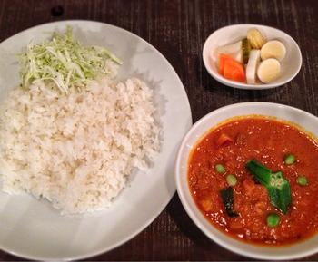 カレーへの愛を感じさせる店主の味は、南インドカレーテイスト。ほかではなかなか味わうことのできない、煮込まないカレーの余韻をぜひ堪能してみてください。こちらは野菜たっぷりの日替わりカレー。