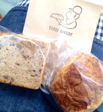 オーナーさんとそっくり!?の愛嬌あるロゴ入りの包み紙にパンを入れてくれます。袋を開けたときの香りが楽しみですね。