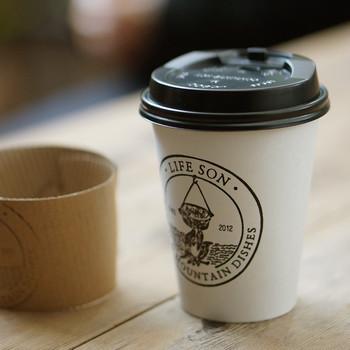 コーヒースタンドではテイクアウトのコーヒーも買えます。ではさっそくお隣のベーカリーへパンを買いに行きましょう!