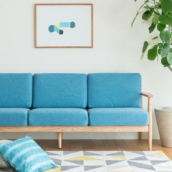 同じブルーでも色の明るさによって雰囲気は大きく変わります。鮮やかなスカイブルーは空や海を思わせる色。お部屋の中がぱっと明るくなるのが分かります。