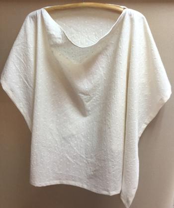 こちらのシンプルな授乳ケープは、とても柔らかい布なので体にフィットし授乳が目立ちません。おくるみ・ブランケット・日よけにも使えますよ。
