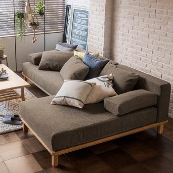 色が濃すぎないブラウンは、アースカラーでインテリアをまとめたい時にぴったりの色。ユニットタイプのソファで、ゆったりしたスペースを作るのも素敵ですね!