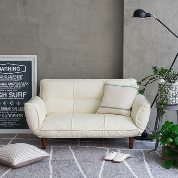 真っ白なソファがあると、それだけでお部屋の中がすっきりと明るく見えます。ふっくらしたカウチソファはいかにも座り心地が良さそう!シックな色合いのお部屋ではアクセントカラーになりますね。