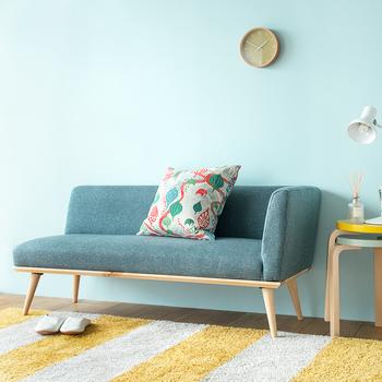 こちらはもう少し落ち着いたブルーのソファ。片側にアームがあるユニークなデザインで、個性的な存在感を出していますね。柄物のクッションを置く場合は、ソファと同系色が使われているとしっくり馴染みますよ♪