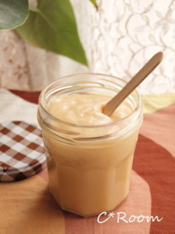 ミルクジャムのレシピはとっても簡単!牛乳、生クリーム、砂糖をコトコトお鍋で煮込むだけ。冷やすと自然にかたくなるので、とろ~んとしてきたら火を止めましょう。お好みでお砂糖をきび砂糖に変えても美味しく出来ますよ! 甘さや濃さも自分好みに調節して楽しんでみて下さいね♪