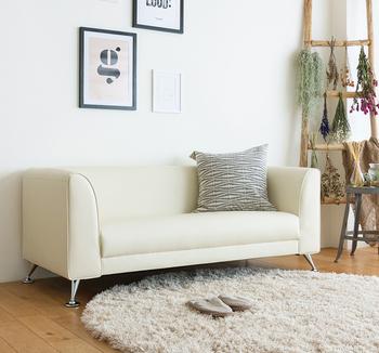 こちらはちょっぴりレトロな雰囲気のソファ。クッション性がありながらもかっちりしたフォルムなので、程よく引き締まった印象になります。ナチュラルなお部屋にもぴったりです♪