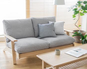 グレーのソファは北欧系インテリアを好む方に人気のアイテム。落ち着いた色合いが上品で、ナチュラルテイストの家具やグリーンともよく合います。