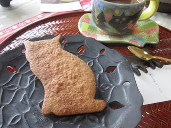大きな猫型のクッキー「御神本サブレ(ミカモトサブレ)」もとっても人気! ほんのり香るジンジャー風味のクッキーです。 浅草にあるこだわりの洋服屋さん「the three robbers(スリーラバース)」の看板猫「御神本(みかもと)」さんをモチーフにしたお菓子なんだそう!