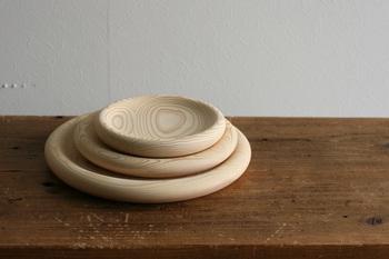 木の器が人気ですよね。こちらは、木の温もりをこわさないように職人がひとつひとつ手作りにこだわった鹿児島の木工房「フクギ(FUQUGI)」のウッドプレート。杉の柔らかな木目を生かしながら、丸みのある手になじむフォルムを創り上げています。