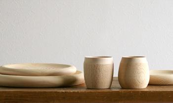こちらは、フクギの木製カップ。手にすっぽりとおさまる、柔らかなライン。3サイズあるプレートと合わせて、テーブルコーディネートが楽しめます。
