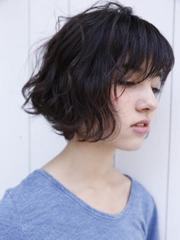 前髪をふんわり持ってくるとより女性らしさもアップします。オン眉のヘアスタイルの第一歩にいかがですか。