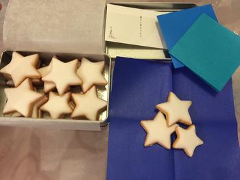 缶入りのクッキーもとても人気。ひとつひとつ素敵な名前がついています。こちらの星のクッキー缶は「夜空缶」。青色の敷き紙が入っていて夜空を思わせる演出。とってもファンタジック。アイシングはほんのりレモン味でとても人気。