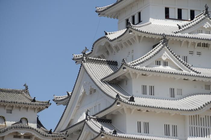 """保存修理後の姿が、インターネットなどで""""白すぎる""""と話題になった姫路城ですが、この白く美しい姿の姫路城を見られるのも、あと3年ほどだとか。 真新しい漆喰はカビの繁殖や汚れで徐々に黒ずんでいくため、純白の姿を拝めるこの貴重な期間にぜひ訪れてみては?"""