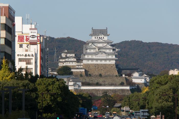 山陽本線姫路駅北口から大手門(桜門)を結ぶ全長約1kmのメインストリート大手前通り。姫路城を真正面に望むことができます。
