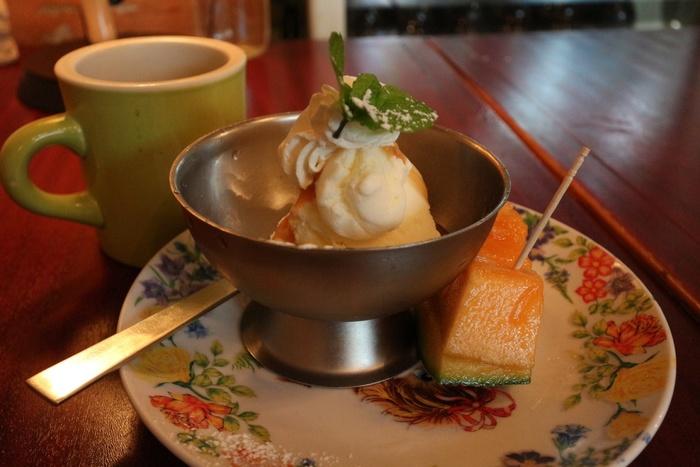 デザートも自家製です。写真はアイスとメロン。アジアンテイストの食器もまたかわいいですね♪