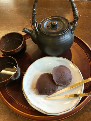 中将餅と呼ばれるよもぎ餅は、牡丹の花をイメージした形をしており、お茶との相性が抜群です。中将餅は、店内の喫茶住めースで食べることもできるほか、お土産として持ち帰ることもできます。