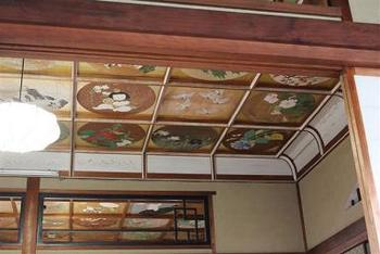 「写経」「写仏」体験ができる写仏道場の天井には、近代画家によって描かれた作品150点が飾られており、中之坊の華やかさを引き立てています。