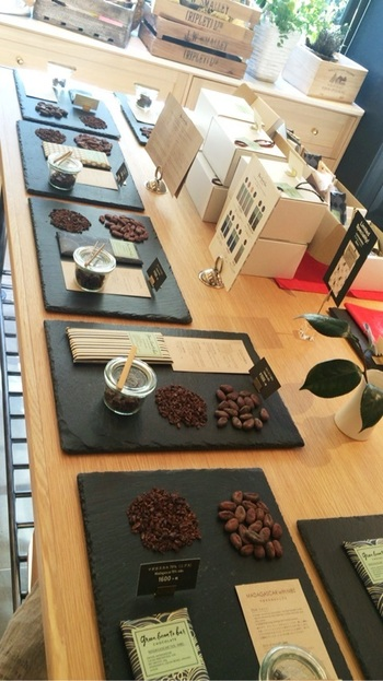 ビターなチョコや甘みのあるチョコなど、バリエーションも豊富です。ボンボンショコラやチョコレートバーだけでなく、カカオを使ったスイーツも美味しいですよ。カフェでは、ホットチョコレートも楽しむことができます。