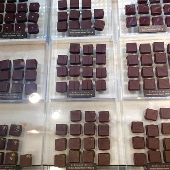 お店のチョコレートは、厳選された「カカオ豆」「オーガニック砂糖」の2つの材料で作られています。店頭には、カカオ本来の魅力を生かしたシンプルなチョコが並びます。