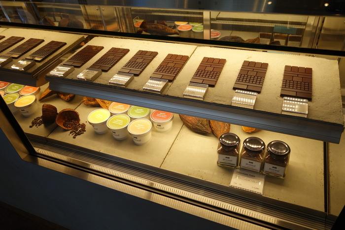 板チョコの種類は、ザクリとした食感の「PRIMITIVE」や爽やかな味わいの「FRUITY」など8種類。季節によっても、チョコのラインナップが変わります。