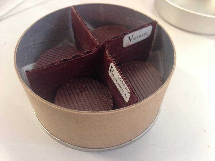 お店のイチオシが「美しい鳥 QUETZAL」。香料・乳化剤・油分の追加をせず、カカオ豆に砂糖を加えただけのコイン型チョコレートです。
