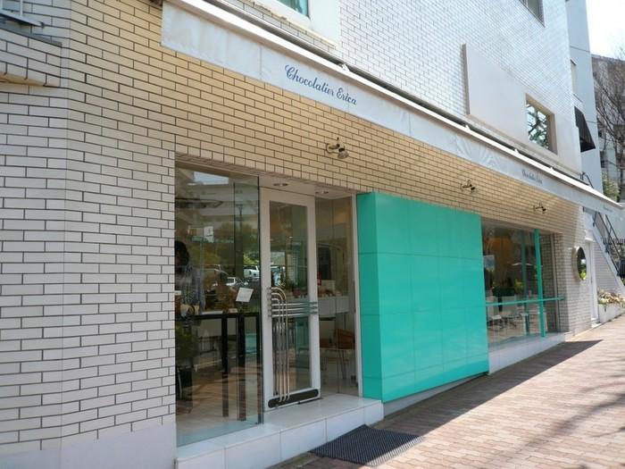 「Chocolatier Erica」は、1982年に東京・白金台にオープンしたチョコレート専門店です。ミントカラーに彩られた開放的な店内は、高級でおしゃれな雰囲気に包まれています。
