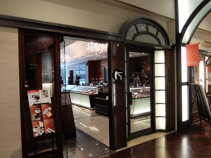 「CHOCOLATIER PALET D'OR」は、新丸の内ビルディング1Fにあるチョコレート専門店。定番のチョコレートはもちろん、日本酒ブレンドしたショコラや、カカオを使った水ようかんなど、斬新なアイデアにあふれたお店です。
