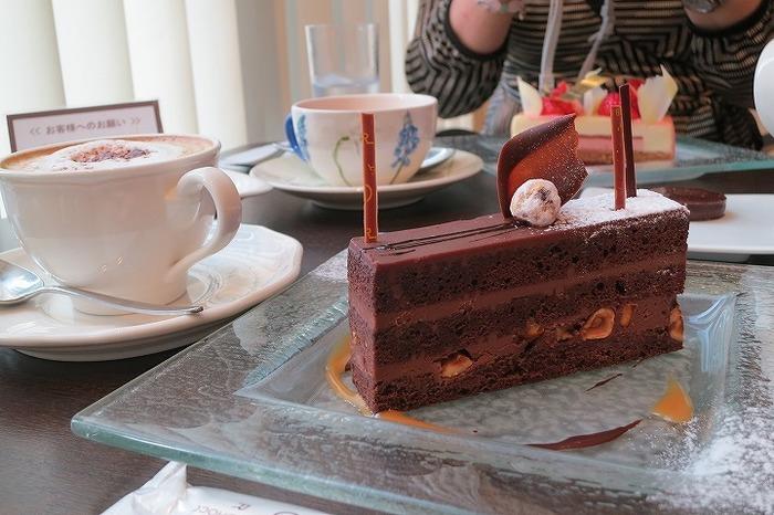店内には、サロンスペースも完備。濃厚なチョコレートケーキが、一番人気のようですね♪