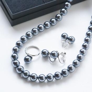 弔事で着用できるパールは、白・グレー・黒の3色です。粒の大きさは7~8mmの定番サイズを選びましょう。