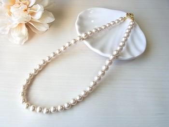 お祝いの席では華やかさが大切なので、さまざまなデザインのパールアクセを身に着けられます。ただし親族として出席する場合、ネックレスは最もフォーマルな、直径7~8mmの真珠の一連タイプで、長さは40cm前後のものにしましょう。