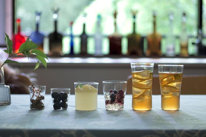 サイズは、sakeの90ml、wineの240ml、waterの320ml、beerの360ml、シャンパンの210mlという5種類。 お酒の種類に応じてグラスを変えても、手で持った時の存在感で選んでみても◎