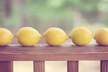 その名の通り、レモンのようなみずみずしいイエロー。先述の「イエロー」より明度が高く、爽やかな印象です。