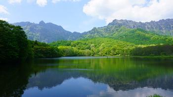 【山笑ふ】春の山のこと。北宋の画家・郭煕が「春山淡冶にして笑ふが如く」と言ったことから出ています。/【水温む】寒さもゆるむ頃、水辺に立てば水もあたたまったように感じられること。