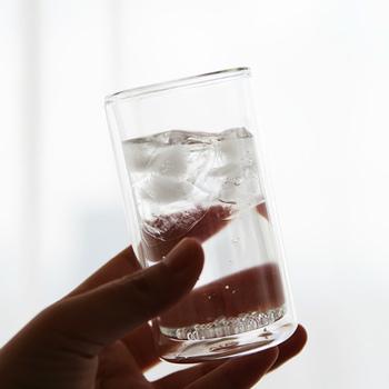 どんな場面でもおしゃれに使える、ダブルウォールグラスです。 二層になったガラスの効果で保冷・保温に優れています。耐熱ガラスで作られているので温かい飲み物でも使えるんですよ。