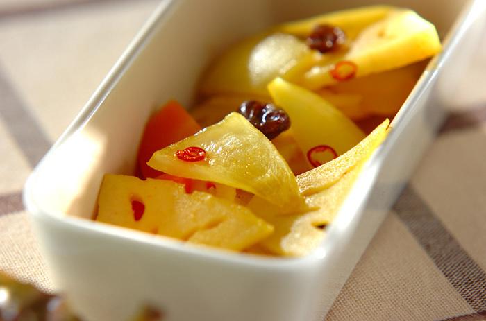 カレー風味がアクセントになるピクルスです。にんじんと玉ねぎも合わせて彩りもきれいですね。 食感を活かすために野菜は軽くゆでておくのがポイントです。