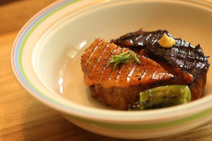 【京野菜を代表する賀茂茄子の田楽。白と赤の2種の味噌だれは、鷹峯唐辛子入り。「鷹峯唐辛子(たかがみねとうがらし)」も京の伝統野菜の一つで、甘とうがらしの一種。(「菊乃井本店」祇園祭の頃の献立から)】